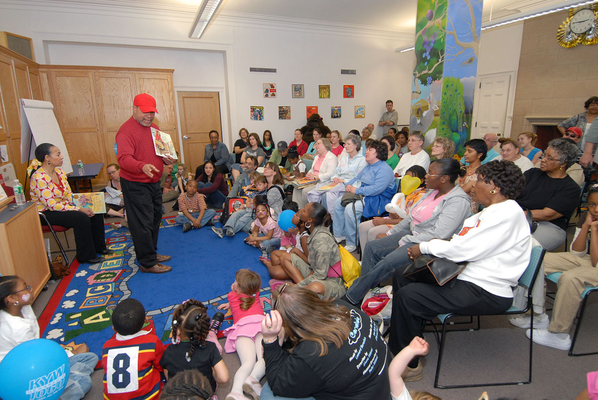 Jerry Pinkney reads to an audience of families at the 2007 Free Library Festival