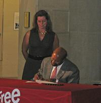 Mayor Nutter signs the paperwork officially establishing the new Mayor's Commission on Literacy as Free Library President and Director Siobhan A. Reardon looks on